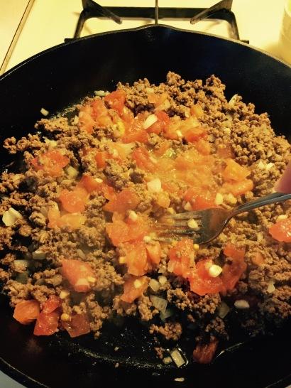Mash fresh tomato pulp into beef